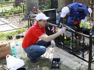 Окрашивание ограды на кладбище